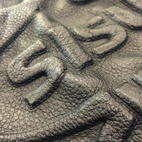 Sokkopainatus eli kohokuviointi voidaan tehdä nahan lisäksi myös polyesteria sisältäviin kankaisiin