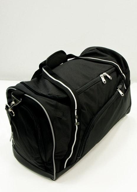 Tilavassa laukussa kulkevat vaikkapa treenivaatteet. Pyykkejä varten on erillinen tasku.